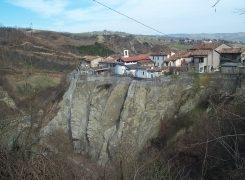 La rupe di Linaro e le dolci colline romagnole